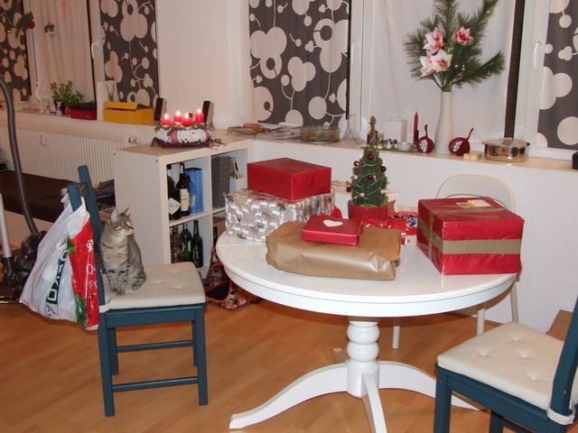 timo ecke und ich warten auf die bescherung bescherung baum ecke katze weihnachten geschenke. Black Bedroom Furniture Sets. Home Design Ideas